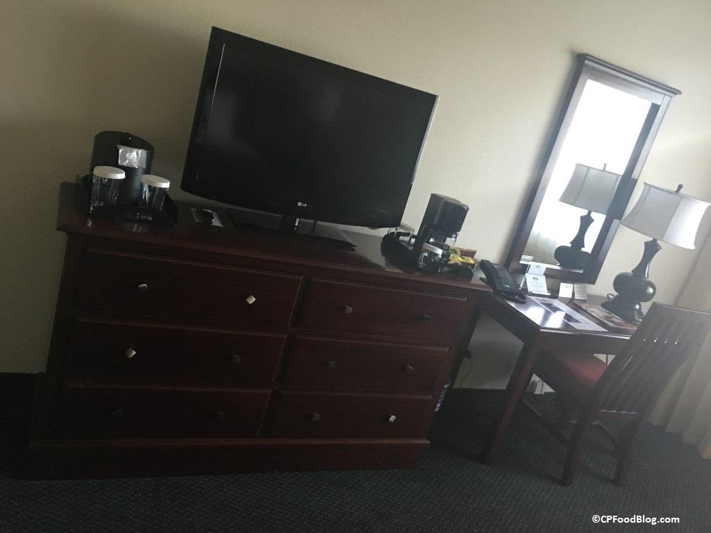 160925-knotts-berry-farm-hotel-desk-tv