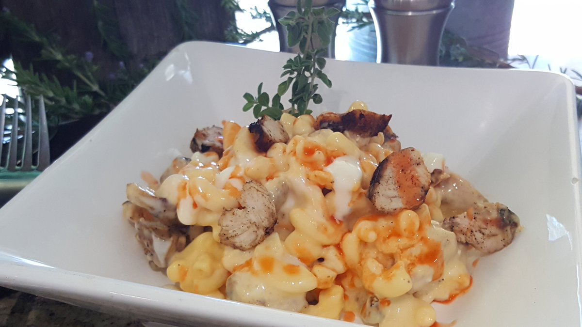 171103 Carowinds Winterfest Buffalo Chicken and Bleu Mac & Cheese ©Kris Siuta
